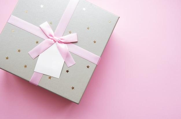 Caixa de presente com fita rosa, vista superior