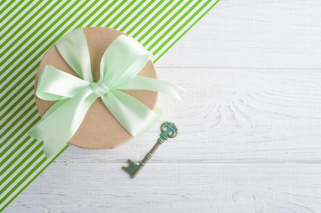 Caixa de presente com fita verde