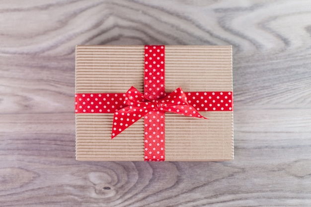 Caixa de presente com fita vermelha em madeira