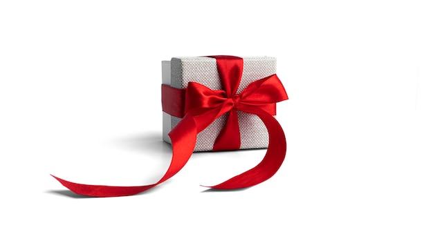 Caixa de presente com fita vermelha isolada na superfície branca