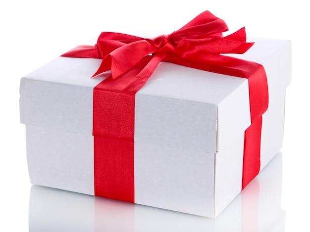Caixa de presente com fita vermelha, isolada no branco