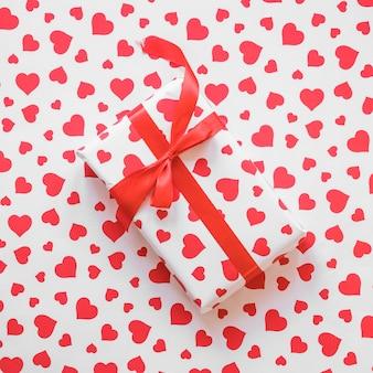 Caixa de presente com fita vermelha na mesa