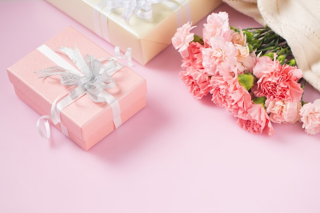 Caixa de presente com flores de cravo, conceito de dia das mães e dia dos namorados