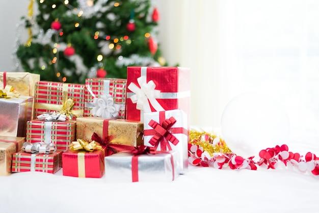 Caixa de presente com fundo de árvore de natal para surpresa crianças