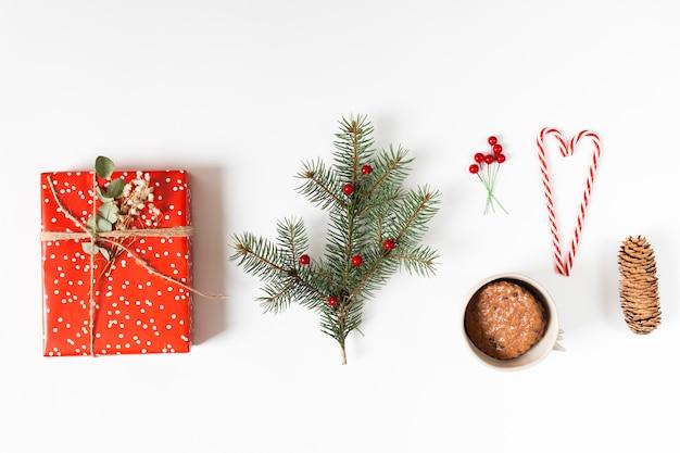 Caixa de presente com galho de árvore do abeto e bastões de doces