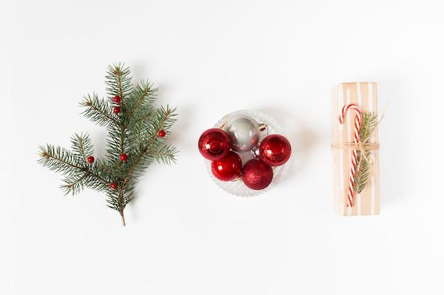 Caixa de presente com galho de árvore do abeto e bugigangas