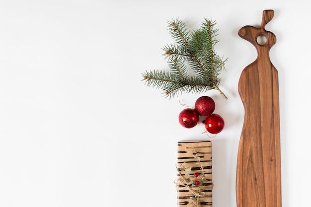 Caixa de presente com galhos de árvores de abeto e bugigangas