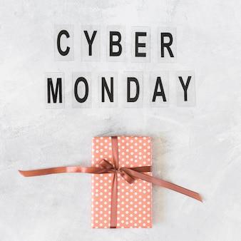 Caixa de presente com inscrição cyber segunda-feira