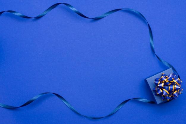 Caixa de presente com laço azul e fita azul