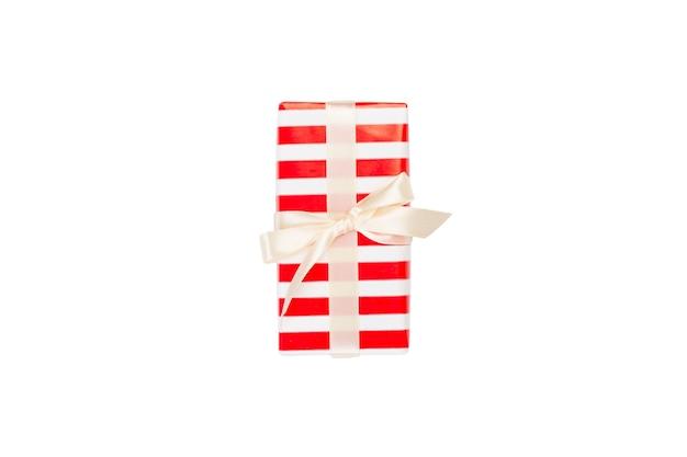 Caixa de presente com laço branco em fundo branco