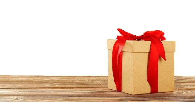 Caixa de presente com laço de fita na mesa de madeira