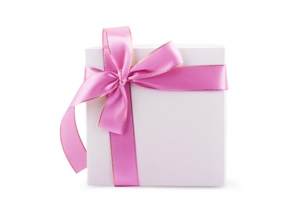 Caixa de presente com laço de fita prateada e etiqueta em branco isolada sobre fundo branco
