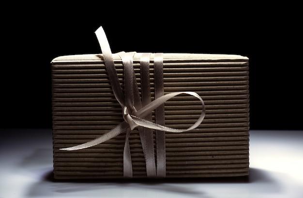 Caixa de presente com laço dourado