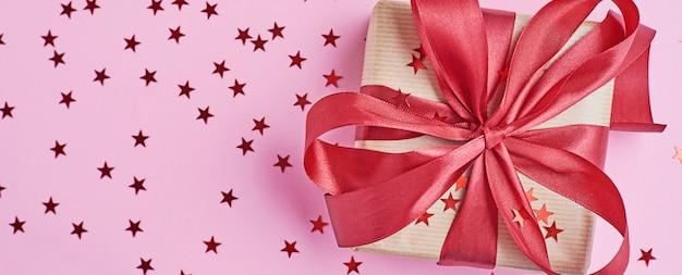 Caixa de presente com laço e confete, banner web