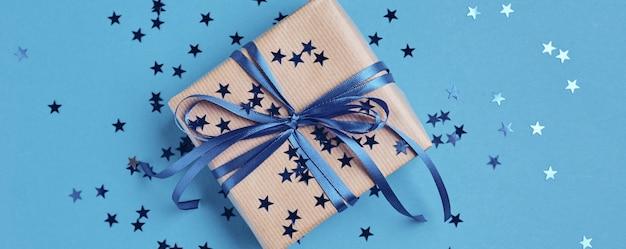 Caixa de presente com laço e confete