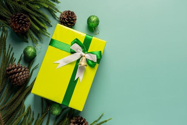Caixa de presente com laço em fundo verde claro