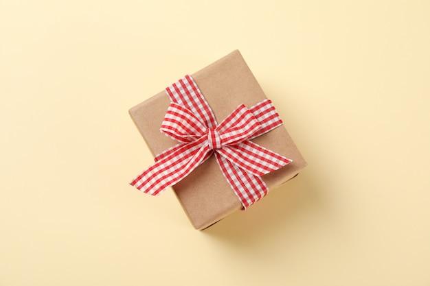 Caixa de presente com laço na cor de fundo, espaço para texto