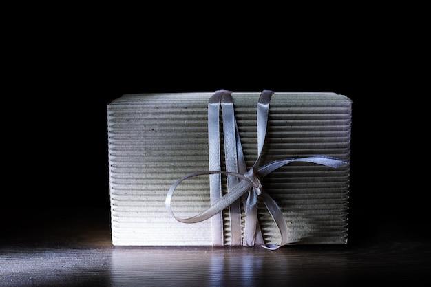Caixa de presente com laço prateado
