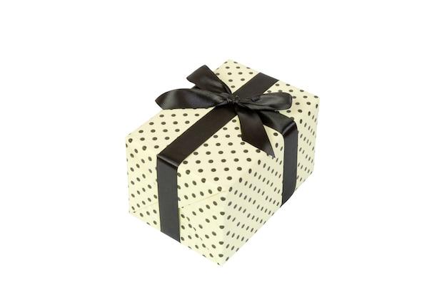 Caixa de presente com laço preto em fundo branco