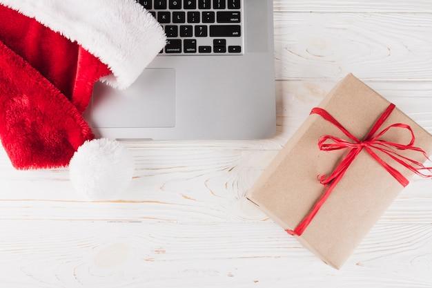 Caixa de presente com laptop na mesa de madeira