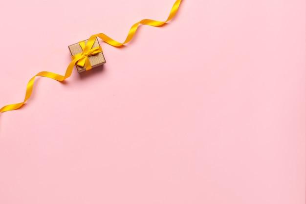 Caixa de presente com linda fita amarela