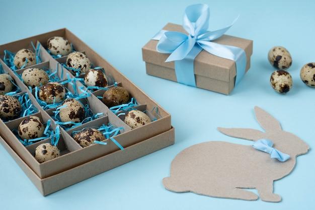 Caixa de presente com ovos de páscoa, coelhinho da páscoa e presente em azul
