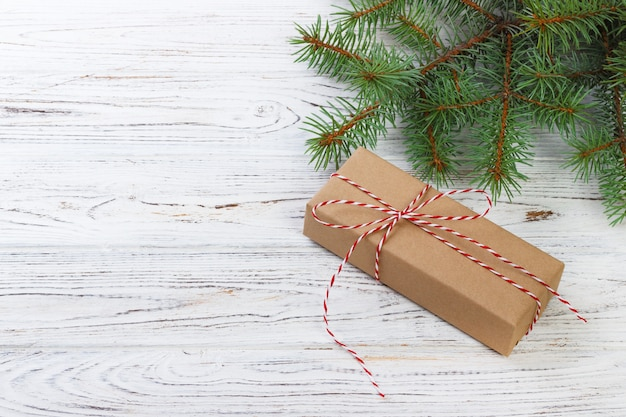 Caixa de presente com ramos de abeto