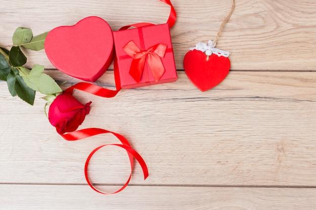 Caixa de presente com rosa vermelha na mesa