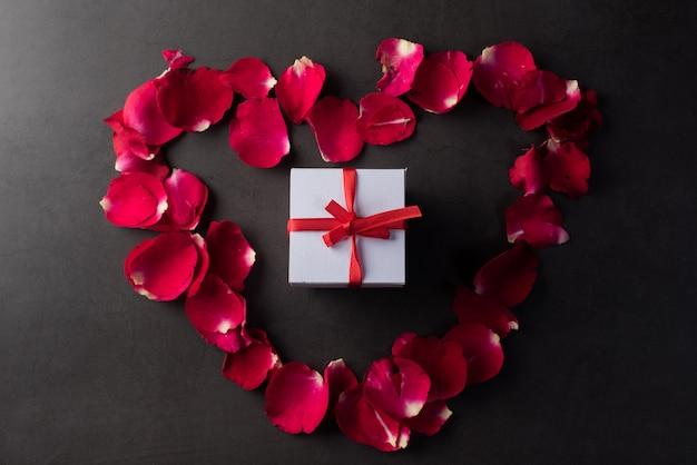 Caixa de presente com rosa vermelha