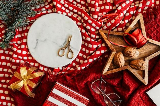 Caixa de presente com tema natalino com ramos de pinheiro