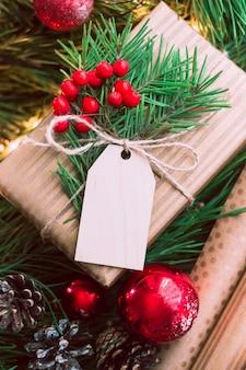 Caixa de presente com uma árvore de abeto, um formulário em branco para saudar o texto de natal. decorações de ano novo