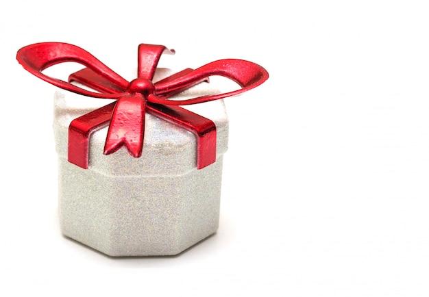 Caixa de presente com uma fita vermelha no branco