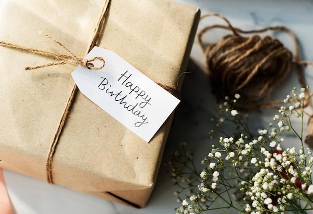 Caixa de presente com uma tag de feliz aniversário