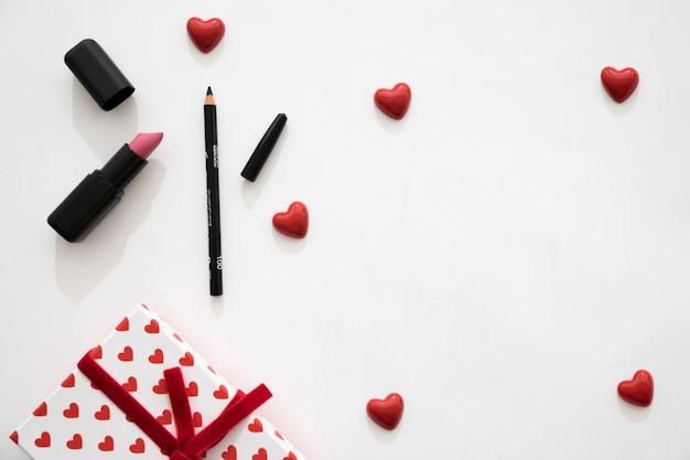 Caixa de presente, corações pequenos e delineador