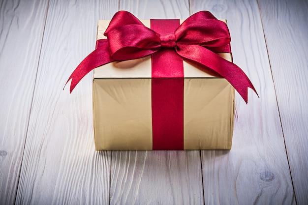 Caixa de presente de aniversário no conceito de férias de tábua de madeira