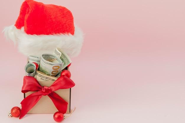 Caixa de presente de ano novo com dólares em rosa close-up