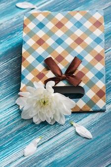 Caixa de presente de artesanato com crisântemo