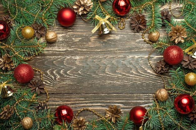 Caixa de presente de decoração de natal e galhos de pinheiro