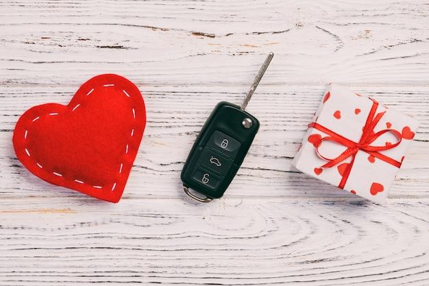 Caixa de presente de dia dos namorados, chave do carro e coração vermelho têxtil