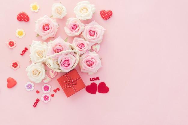 Caixa de presente de dia dos namorados com corações vermelhos e rosas em fundo rosa