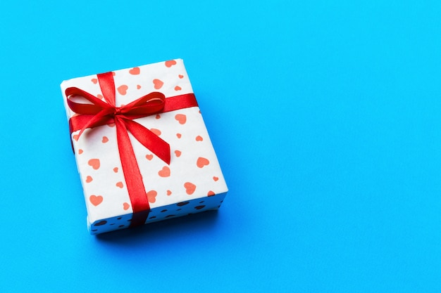 Caixa de presente de dia dos namorados com laço vermelho