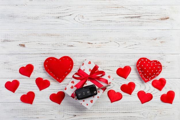 Caixa de presente de dia dos namorados, corações vermelhos e chave do carro