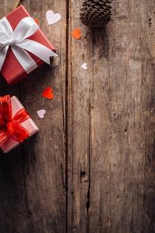 Caixa de presente de dia dos namorados em fundo de madeira