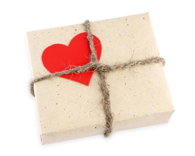Caixa de presente de dia dos namorados isolada no branco