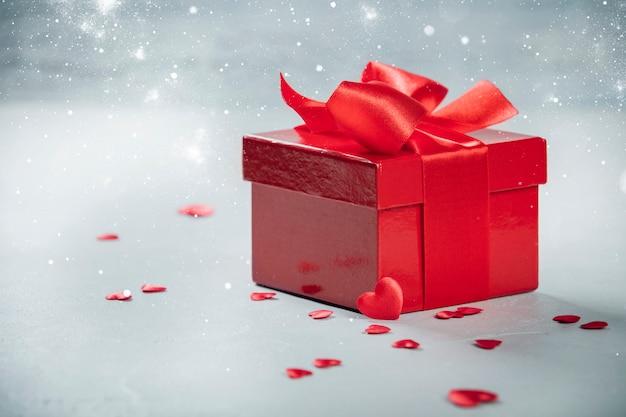 Caixa de presente de dia dos namorados presente com laço vermelho no fundo de madeira
