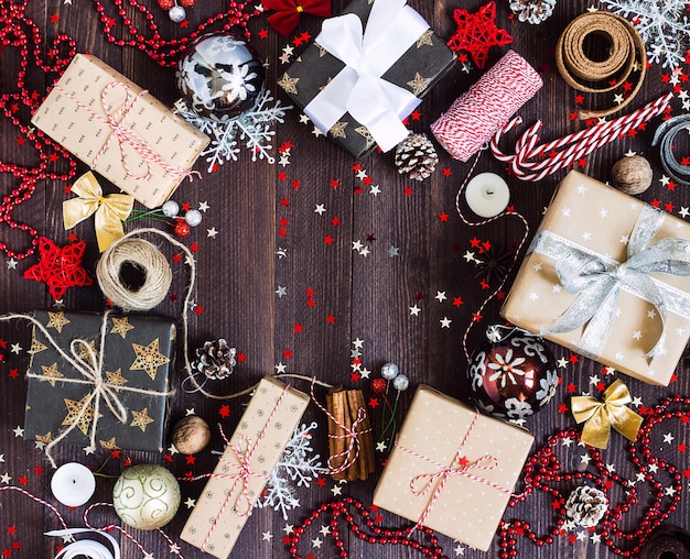 Caixa de presente de feriado de natal na mesa festiva decorada com pinhas candy cane vela bola