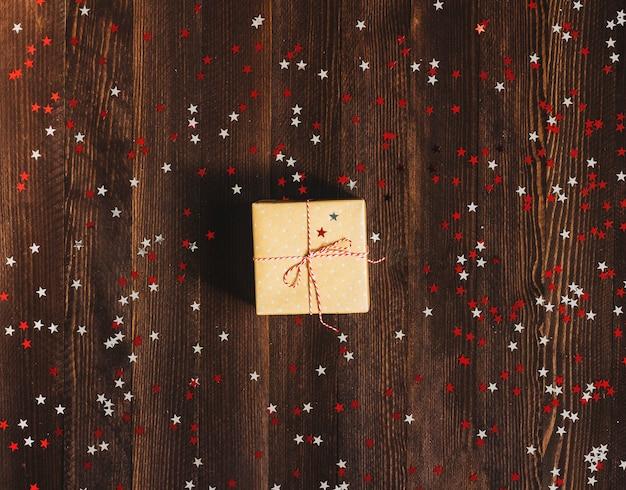 Caixa de presente de feriado de natal na mesa festiva decorada