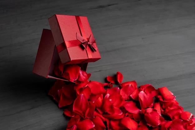 Caixa de presente de feriado quadrado vermelho contra um escuro