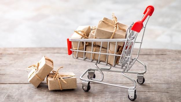 Caixa de presente de muitos pequeno papel em um carrinho, conceito de compras on-line de presentes para o dia especial.