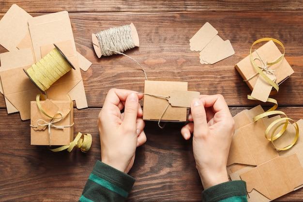 Caixa de presente de natal artesanal nas mãos de uma mulher